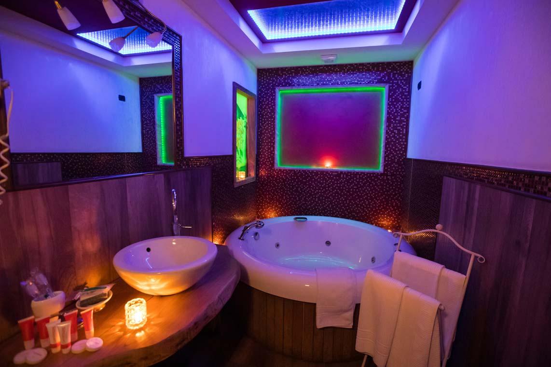 camere hotel caposperone resort: la suite con la vasca idromassaggio jacuzzi